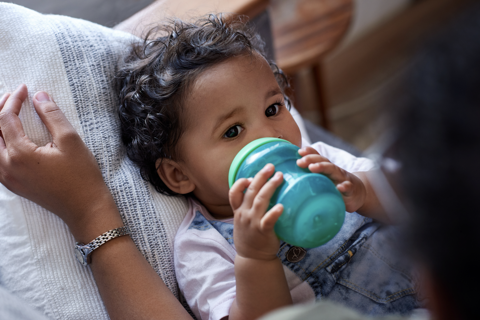 How much water should a toddler drink: baby drinking milk